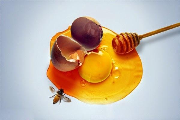 Mật ong kết hợp với trứng gà nuôi dưỡng sâu cho da