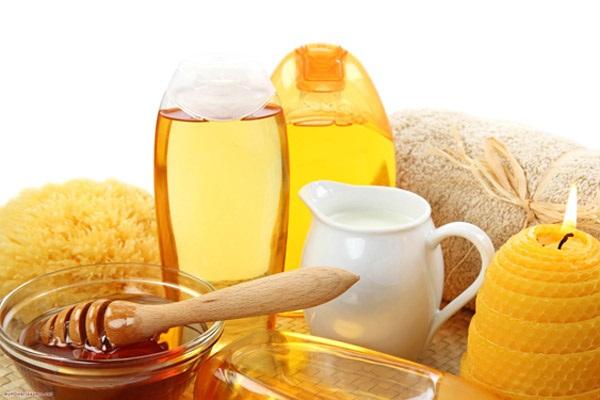 Mật ong kết hợp với sữa tươi chăm sóc da vô cùng hiệu quả...