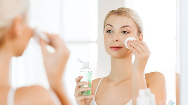 Sử dụng nước hoa hồng chăm sóc da mặt khô mùa hè