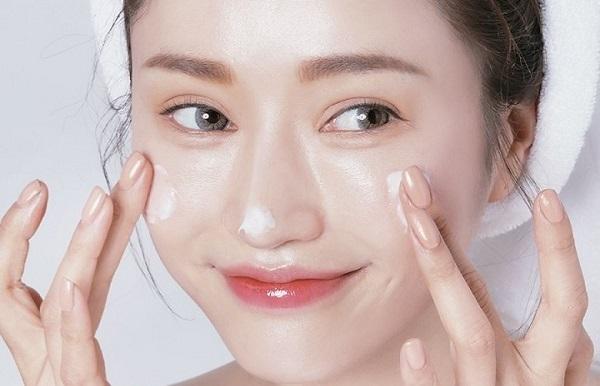 Bôi kem dưỡng ẩm thường xuyên trong mùa hè để giữ độ đàn hồi cho da